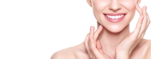Lijepa mlada plava žena savršene kože koja joj dodiruje lice. Tretman lica. Koncept kozmetologije, ljepote i lječilišta. Izolirano na bijeloj pozadini.