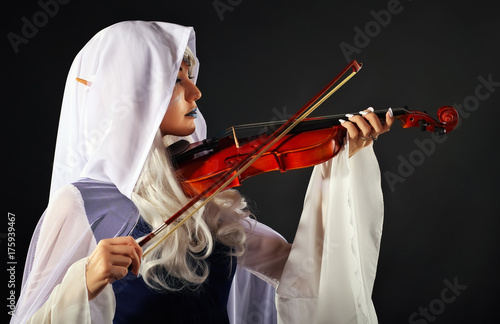 Plakat Piękna dziewczyna w stroju elfa ze skrzypcami na szarym tle. Oryginalny charakter cosplay