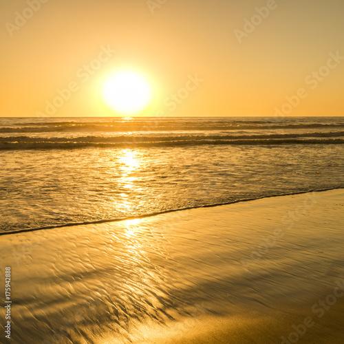 Plakat Jasne słońce Kalifornii. Zachód słońca jasne słońce zachodzi nad horyzontem. Piękne plaże Kalifornii. Na południe od USA