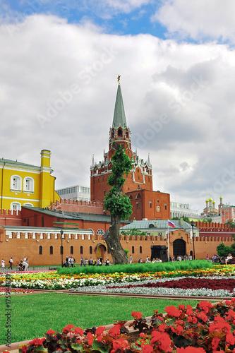 Zdjęcie XXL Plac Czerwony, Trinity Tower of Moscow Kremlin. Trawnik i klomby z kwiatami. Rosja.