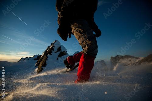 Poster Bergsteiger mit Schneeschuh im Winter