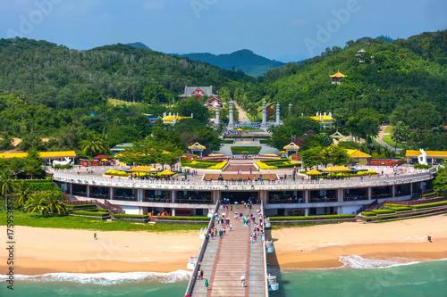 Türaufkleber UFO Nanshan Buddhist Cultural Park, Sanya, Hainan Island, China. The bridge leads to a Buddha statue.