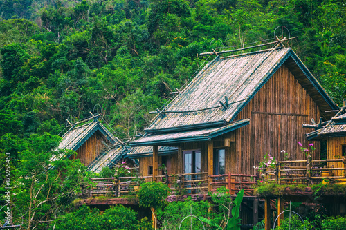 Zdjęcie XXL Drewniany bambusowy dom w tropikalnym lesie deszczowym. Sanya Li i Miao Village. Hainan, Chiny.