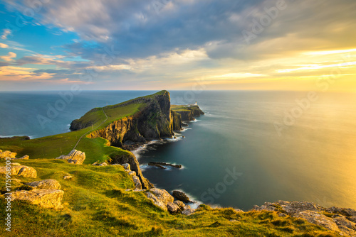 Foto auf Gartenposter Kuste Beautiful golden light at sunset at Neist Point Lighthouse on the Isle of Skye, Scotland.