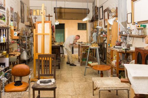 Photo Maestro artesano trabajando en su taller de talla y restauración.