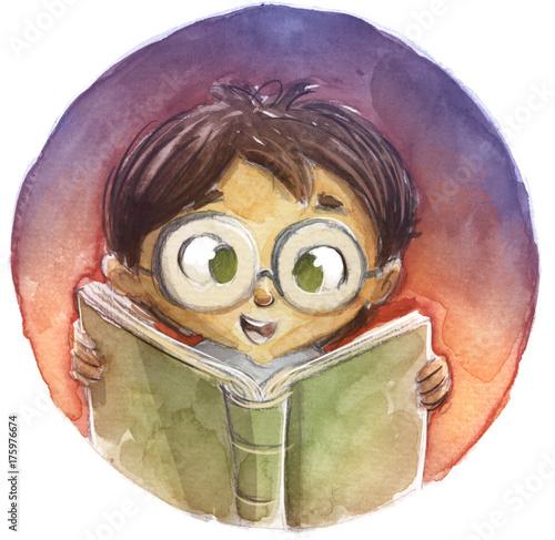 Zdjęcie XXL chłopiec w okularach czytając książkę