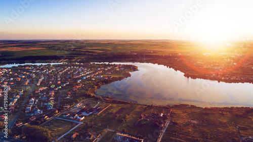 Plakat miasto o zachodzie słońca od drona