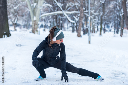 Poster Glisse hiver Female athlete exercising in park in winter