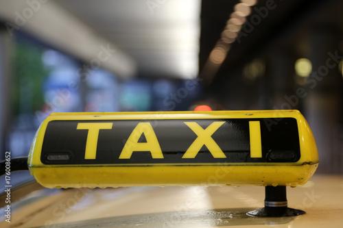 Zdjęcie XXL Taxi znak na samochodu dachu z odbiciem, wąż przy lotniskiem