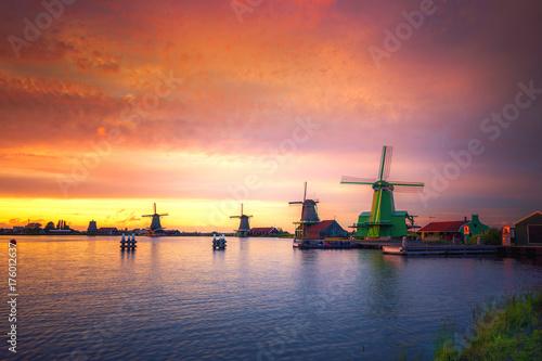 Zdjęcie XXL Tradycyjna wioska z holenderskimi wiatraczkami i rzeką przy zmierzchem, Holandia, holandie.