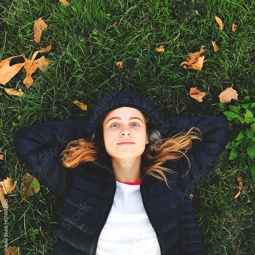 Fotografía ragazza sdraiata sull'erba guarda il cielo