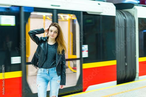 Plakat Dziewczyna blisko metra pociągu