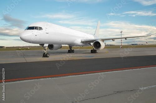 Plakat Samolot pasażerski na ziemi