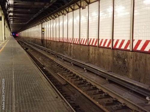 Plakat Podziemna platforma metra z torów kolejowych w tunelu