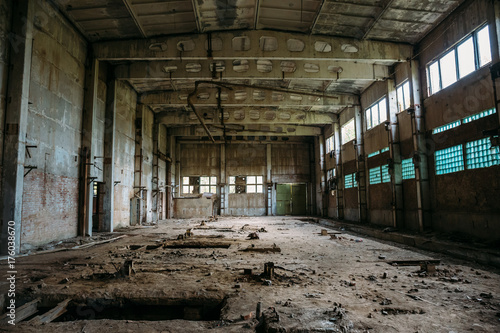 Fotografía Abandoned industrial warehouse on ruined brick factory, creepy interior, perspec