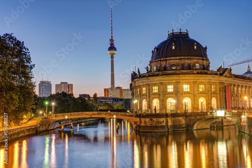 Plakat Bode-Museum, wieża telewizyjna i rzeka Szprewy w Berlinie przed wschodem słońca