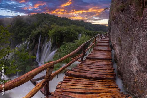 Fototapeta mglisty i wielobarwny świt nad piękne wodospady w parku Jezior Plitwickich w Chorwacji