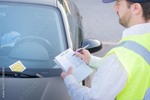 Obraz Police officer giving a  fine for parking violation - fototapety do salonu