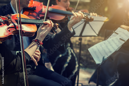 Foto Musicians playing the violin close up.