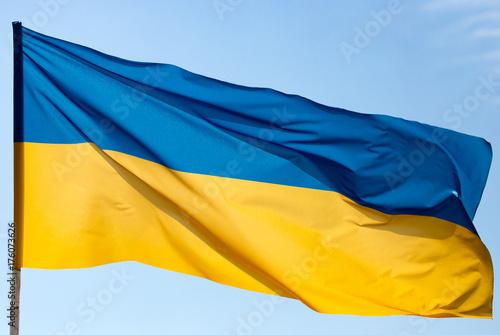Plakat Flaga Ukrainy przeciw błękitne niebo