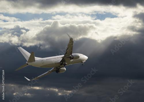 Plakat Samolotowy latanie w niebie z chmurami