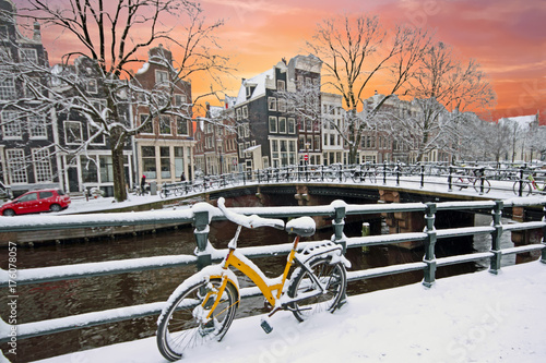 Photo  Sunset in snowy Amsterdam in the Netherlands at the Amstel in winter