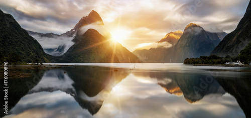 Fotomural  Beautiful Sunrise in Milford Sound, New Zealand