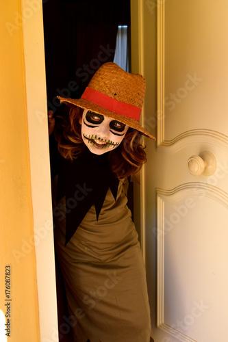 Fotografie, Obraz  Pequeña bruja con sombrero esta saliendo para fiesta de Halloween