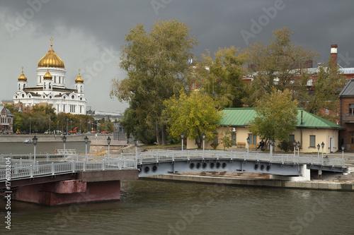 Obraz na dibondzie (fotoboard) Moskwa Rosja Miasto Widok na rzekę, stare budynki i Sobór Chrystusa Zbawiciela