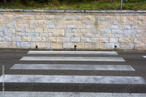 Cuadros en Lienzo Schutzweg mit Ende in Steinmauer