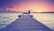 langer Steg am See - Frau zeigt in die Ferne