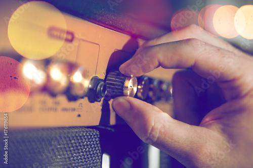 Foto Detail der Hand des Musikers und des Verstärkers Tontechnische und musikalische Produktion