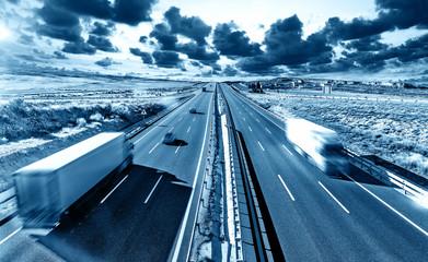 Ciężarówki i autostrada Transport międzynarodowy i logistyka Rynek dociera do miejsca docelowego drogą.