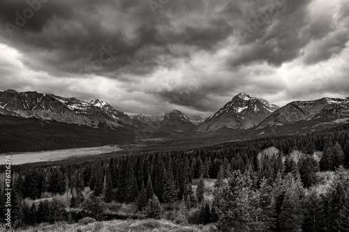 Plakat Burze toczą się nad górami w Parku Narodowym Glacier, Montana