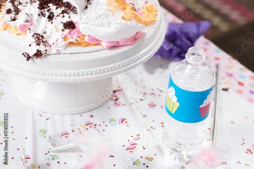 Pinturas sobre lienzo  Kids birthday party table with creamy cake