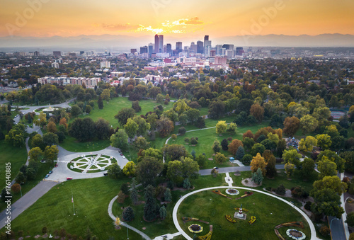 Poster Verenigde Staten Sunset over Denver cityscape, aerial view from the park