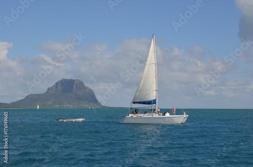 Plakat Latanie przed Mourne Brabant, góry Mauritius, Ocean Indyjski