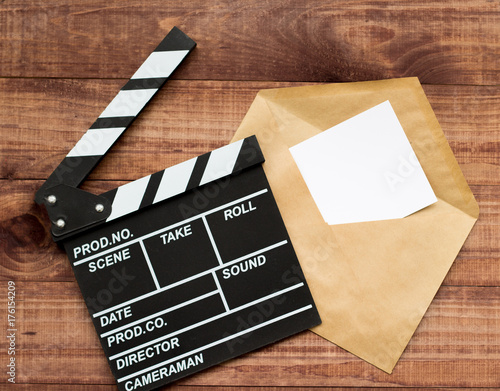 klaps-filmowy-i-list-lezace-na-deskach