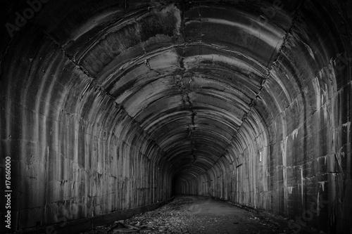 Głęboki i tajemniczy ciemny tunel zaprasza odwiedzających do zwiedzania