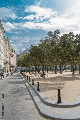 Papiers peints Paris The place Dauphine, beautiful place on the ile de la Cite, in the center of Paris