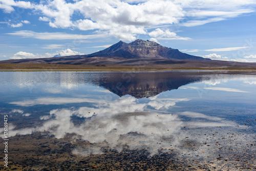 Plakat Parinacota wulkan i Chungara jezioro, Lauca park narodowy, Chile