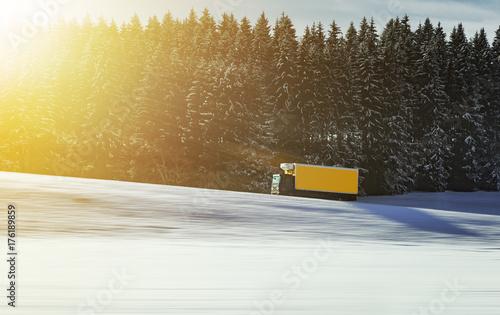 Zdjęcie XXL Ciężarowy jeżdżenie na drodze w Szwajcaria w zimie i śniegu, transport