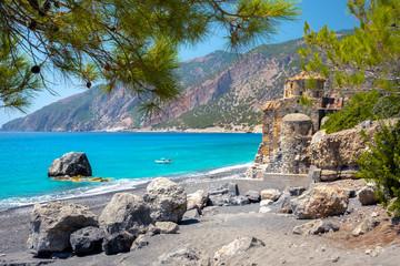 Plaża Agios Pavlos z kościołem św. Pawła, bardzo starym bizantyjskim kościołem, który został zbudowany w miejscu Selouda, niesamowitej plaży w obszarze Opiso Egiali, Chania, Kreta, Grecja.