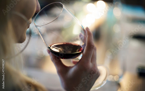 Photo  women with red wine