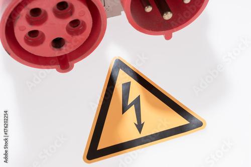 Kraftstrom Kupplung und Warnschild gefährliche elektrische Spannung ...