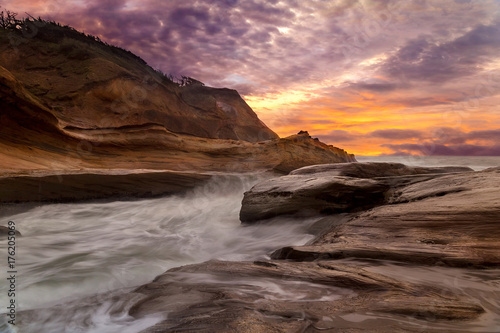 Photo  Cape Kiwanda along Pacific Ocean at Oregon coast with colorful Sunset