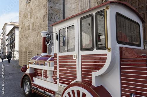 Zdjęcie XXL Chodzący czerwień pociąg na starych ulicach Włoski miasto. spacery i turystyka.