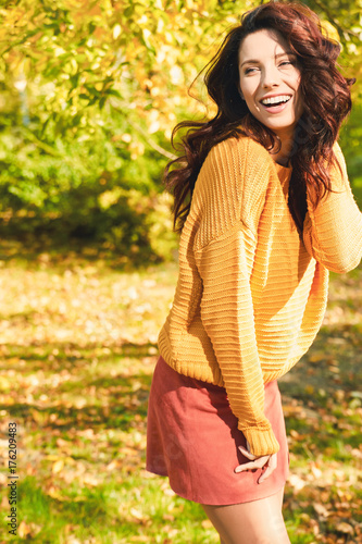 Plakat Jesieni kobieta w jesień parku. Ciepła słoneczna pogoda. Upadek koncepcji