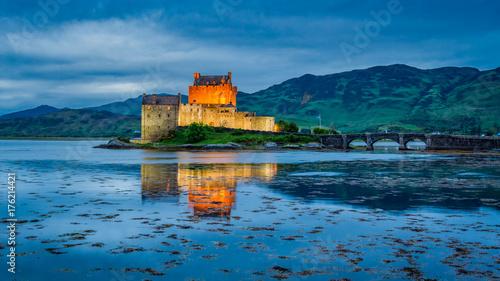 Plakat Niesamowity zmierzch nad jezioro w Eilean Donan Castle w Szkocji