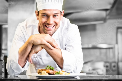 Fotografía  Smiling male chef with cooked food in kitchen